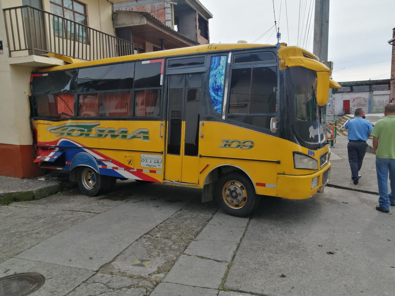 ACCIDENTE DE BUS CONTRA UNA CASA
